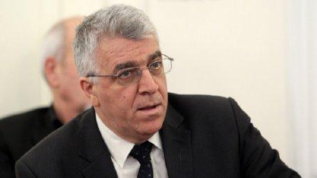 Румен Гечев се подигра с правителството, като го прати в чакалнята на гарата.