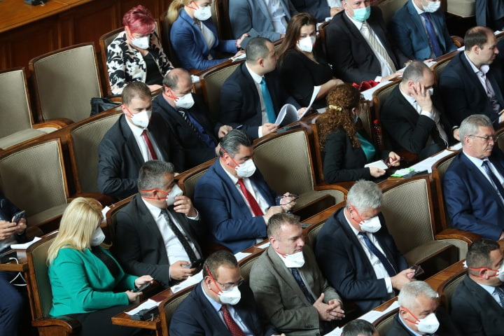 Депутати отказват да носят маски. Нека ни глобяват, ще се съдим, заканиха се те!