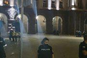От снощните протести: Влачат хора зад колоните и ги пребиват зверски