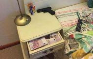 Борисов се опитва да ни отклони вниманието от чекмеджето на нощното му шкафче, пълно с пачки евро и златни кюлчета!