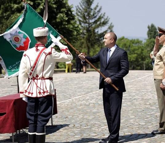 """Президентът Радев връчва знамена във Велико Търново и хич не му пука за """"чатове"""" и есемеси!"""