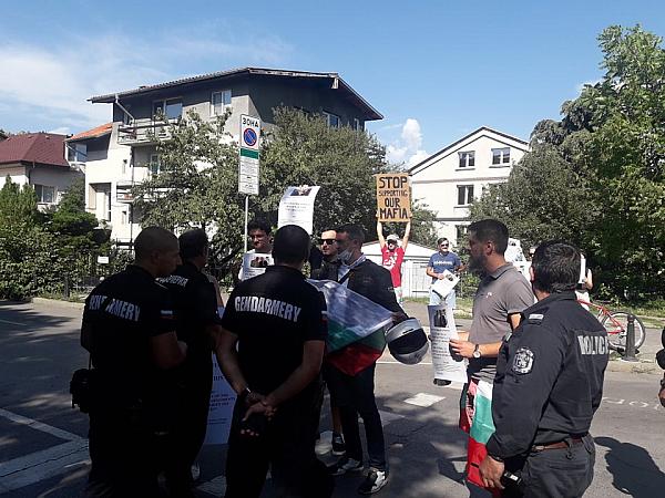 """Протестиращи пред посолството на САЩ: """"Много ви молим, вземете си мутрата"""""""