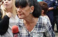 Уцелиха журналистката Ива Николова с домат. Яйца летят срещу нея, докато е заклещена от протестиращи.