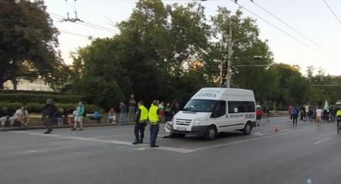 Остава затворено кръстовището пред Софийския университет