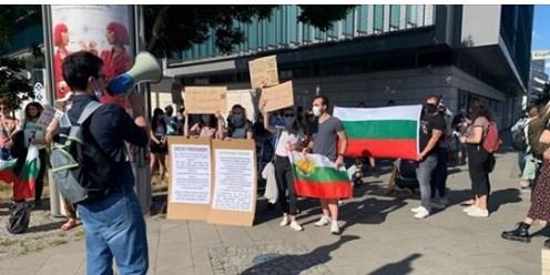 Българи пред канцлерството в Берлин! За пети пореден път питат Меркел защо подкрепя Борисов!