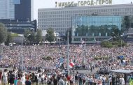 Минск се тресе от протести. Полицията не дава на протестиращите да стигнат до сградата на Лукашенко.
