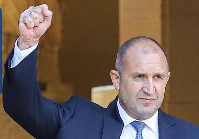 Българското общество очаква от президента Радев открито да поведе всенародното недоволство.