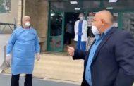 Забраната за напускане на здравното заведение, когато си болен от Ковид 19, за свиждания, май е само за простосмъртните…Борисов и протежето му Димитров, не ги лови