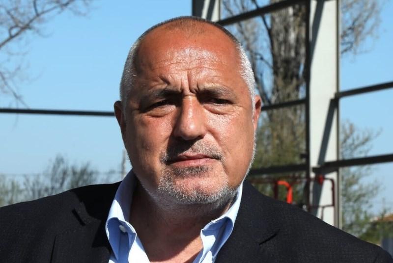 Бойко Борисов мобилизира футболните фенове в Пловдив за предизборна битка. Петков амбициран да го бие.