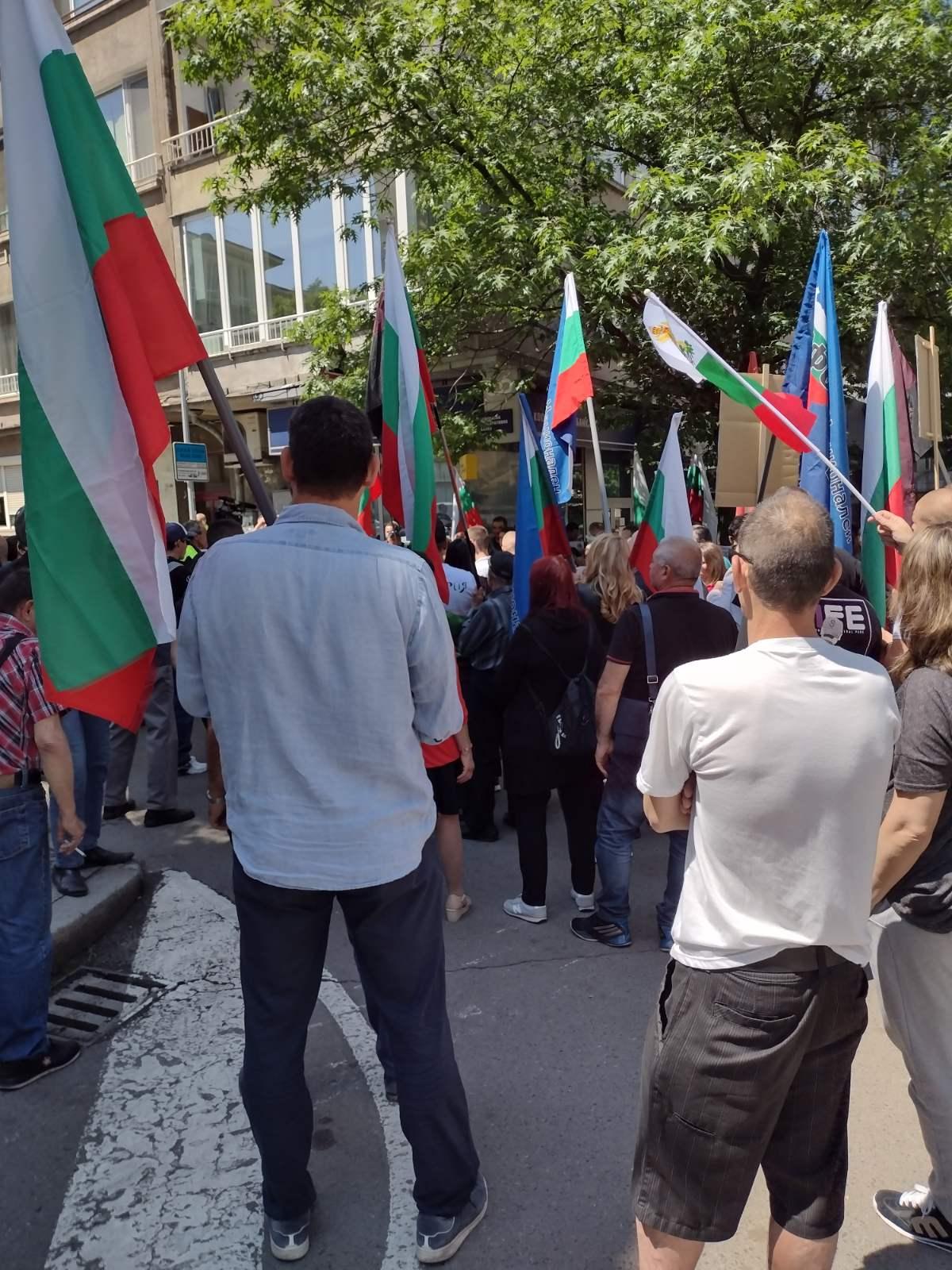 В момента патриотите провеждат протест пред централата на ДПС