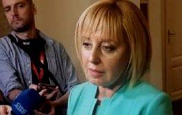Мая Манолова се опитва да пристане на Петков и Василев, но те не я искат.