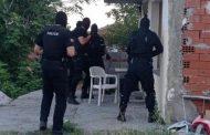 Тежко въоръжени полицаи арестуваха търговци на гласове за изборите