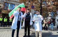От партия БНО скочиха на ваксините и зелените сертификати срещу Ковид-19! Кандидатите за депутати са с бели престилки пред Министерството на здравеопазването