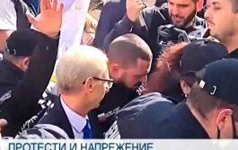 Недоволни граждани нападнаха физически министърът на образованието заради новите противоепидемични мерки! Протестите ескалират.